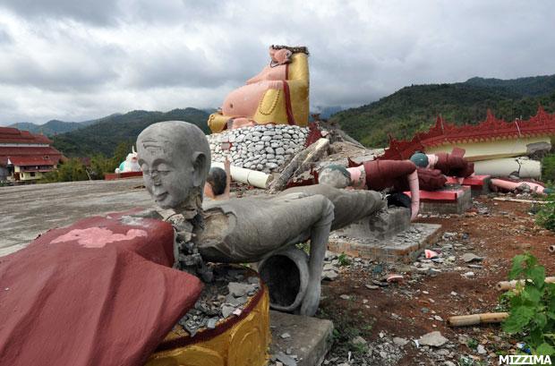 اضغط على الصورة لعرض أكبر  الاســـم:relief-quake-victims6.jpg المشاهدات:850 الحجـــم:69.2 كيلوبايت الرقم:128